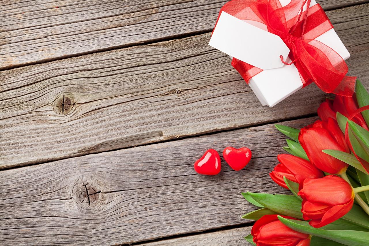 Achtergronden bureaublad Valentijnsdag Hartje Tulpen Doos Cadeau Bloemen en boog Wenskaart Sjabloon Planken tulp bloem Strik wenskaartsjabloon