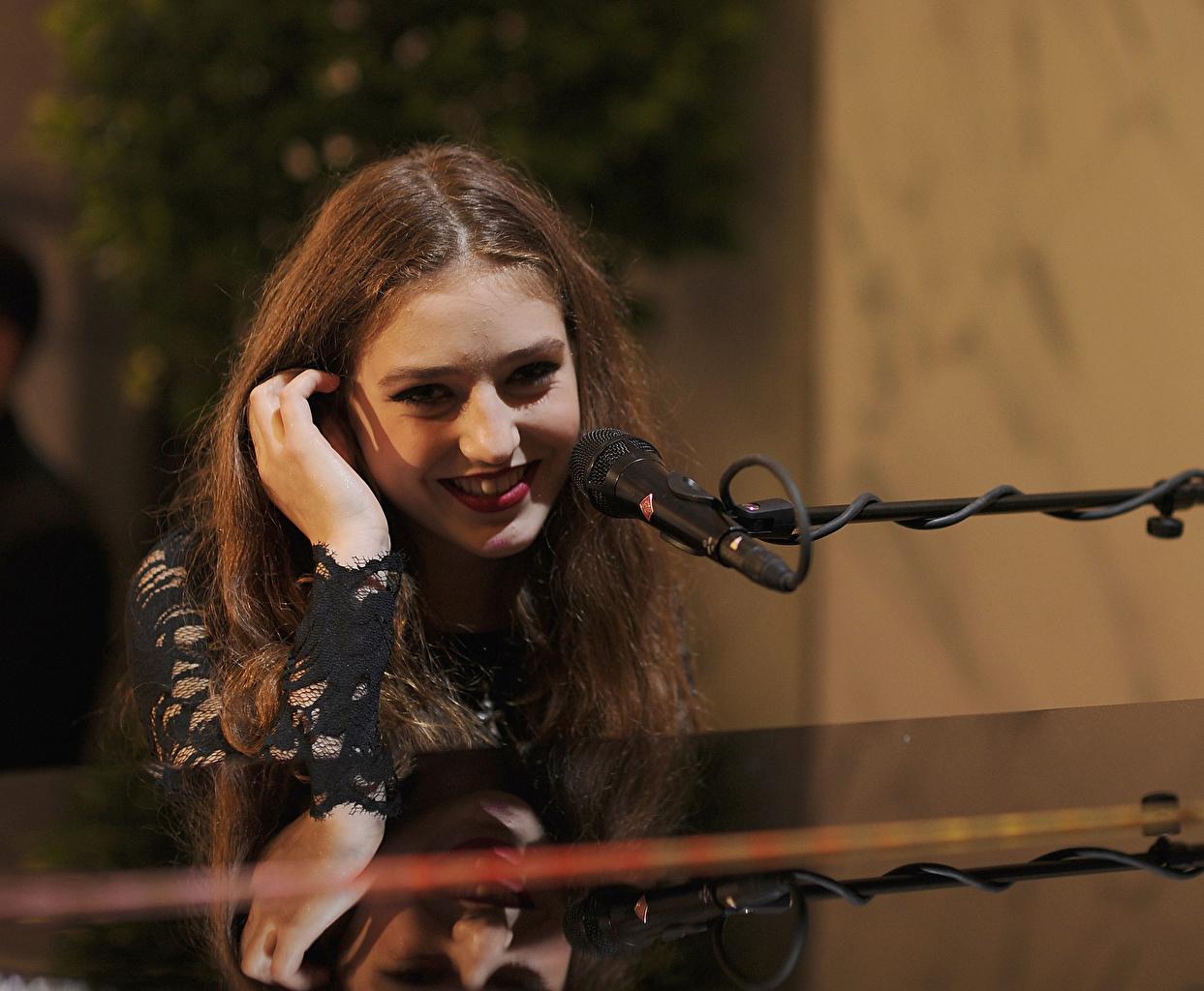 Immagine Sorriso Microfono Birdy Jasmine van den Bogaerde Musica Capelli Ragazze Celebrità ragazza Capigliatura giovane donna giovani donne