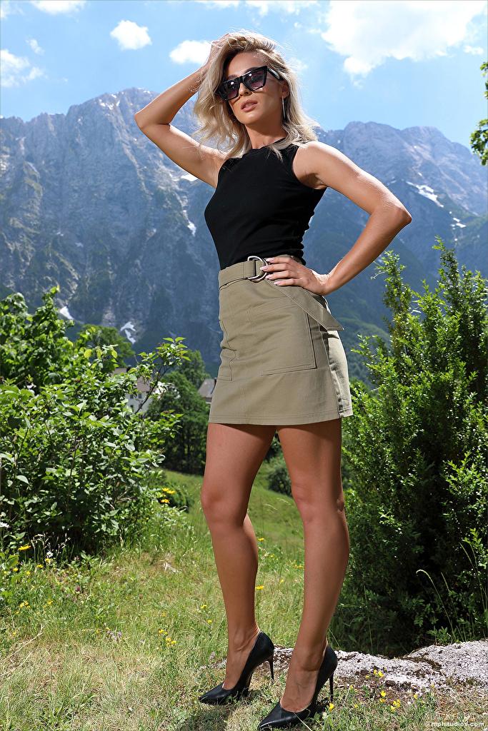 Bilder Cara Mell Rock Blondine posiert junge Frauen Bein Unterhemd Hand Brille Blick High Heels  für Handy Blond Mädchen Pose Mädchens junge frau Starren Stöckelschuh