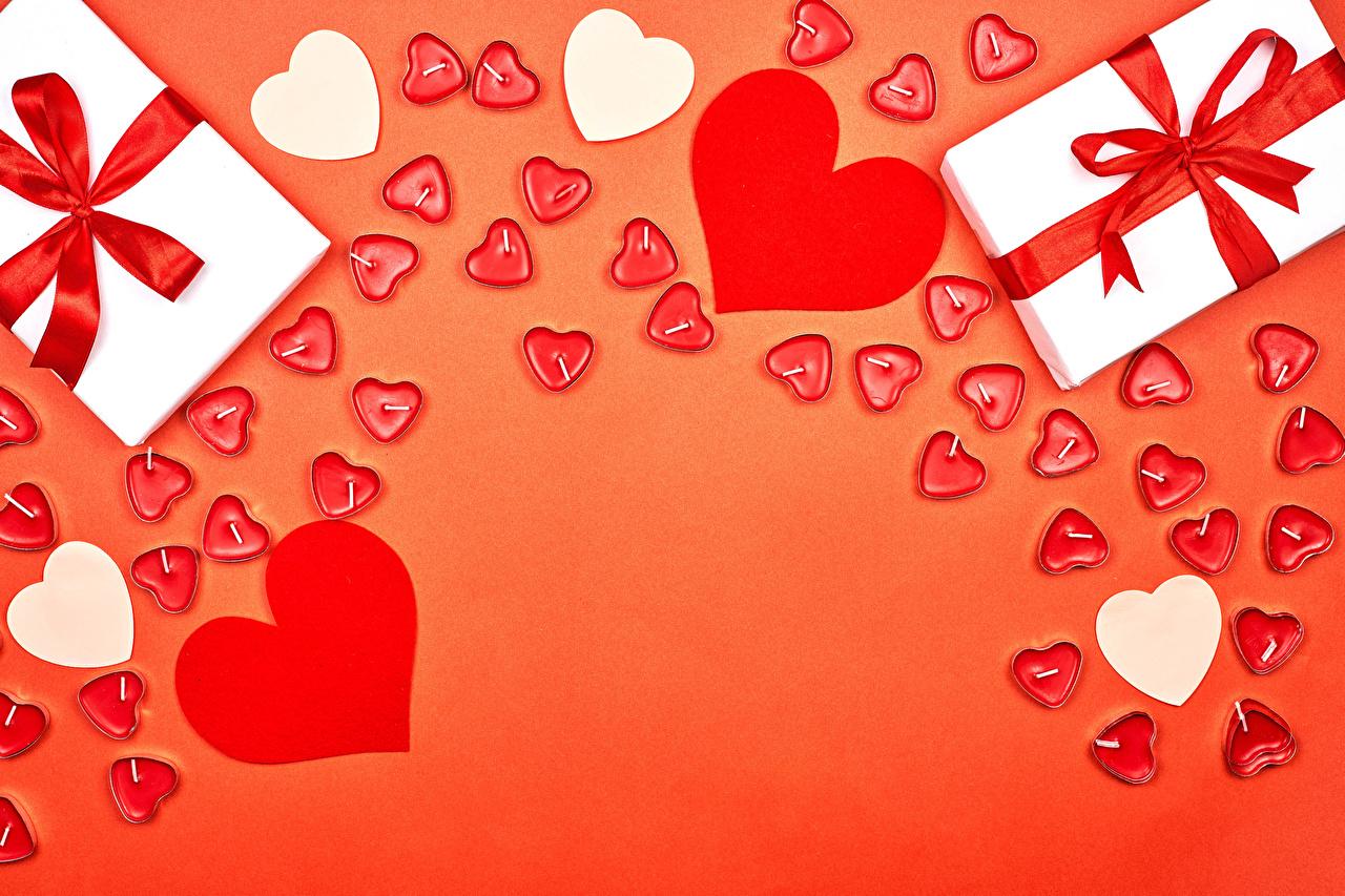 Bilder von Valentinstag Herz Geschenke Kerzen Schleife Vorlage Grußkarte Roter Hintergrund