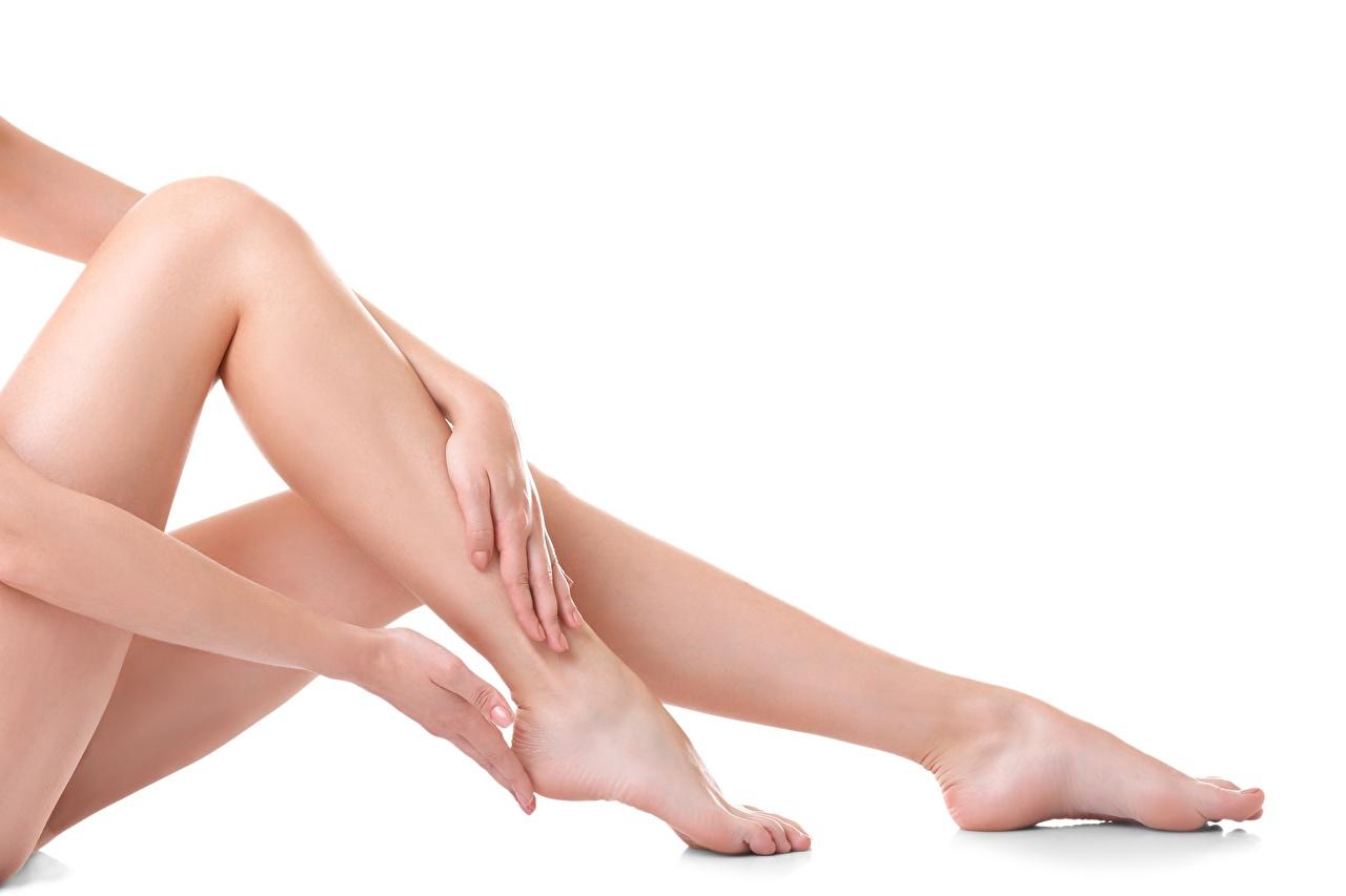 Desktop Hintergrundbilder schöne Mädchens Bein Großansicht Weißer hintergrund Schön hübsch hübsche schöner schönes hübscher junge frau junge Frauen hautnah Nahaufnahme