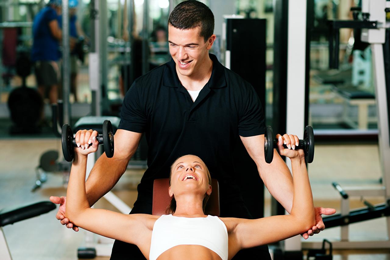 Bilder von Mann Lächeln Fitness 2 Sport Hanteln Zwei Hantel sportliches
