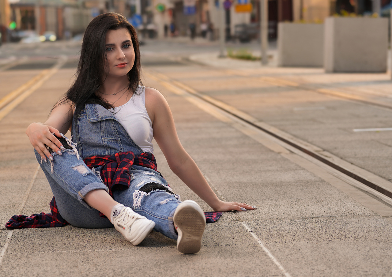 Foto Bokeh junge frau Bein Jeans sitzen Blick unscharfer Hintergrund Mädchens junge Frauen sitzt Sitzend Starren