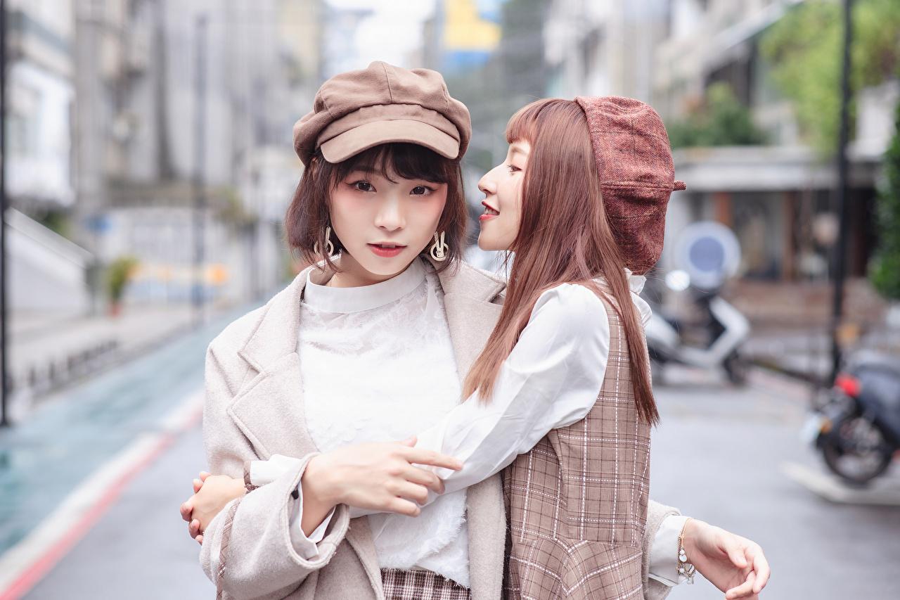 Asiático Abrazo Dos Bokeh Contacto visual Gorra de béisbol mujer joven, mujeres jóvenes, asiática, abraza, abrazando, abrazos, 2, fondo borroso Chicas