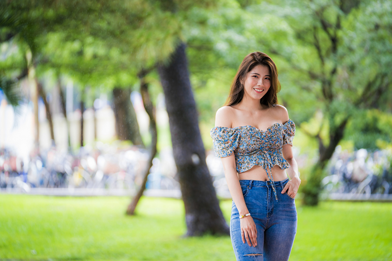 Фотография Улыбка боке позирует Блузка молодая женщина азиатки джинсов смотрят улыбается Размытый фон Поза девушка Девушки молодые женщины Азиаты Джинсы азиатка Взгляд смотрит