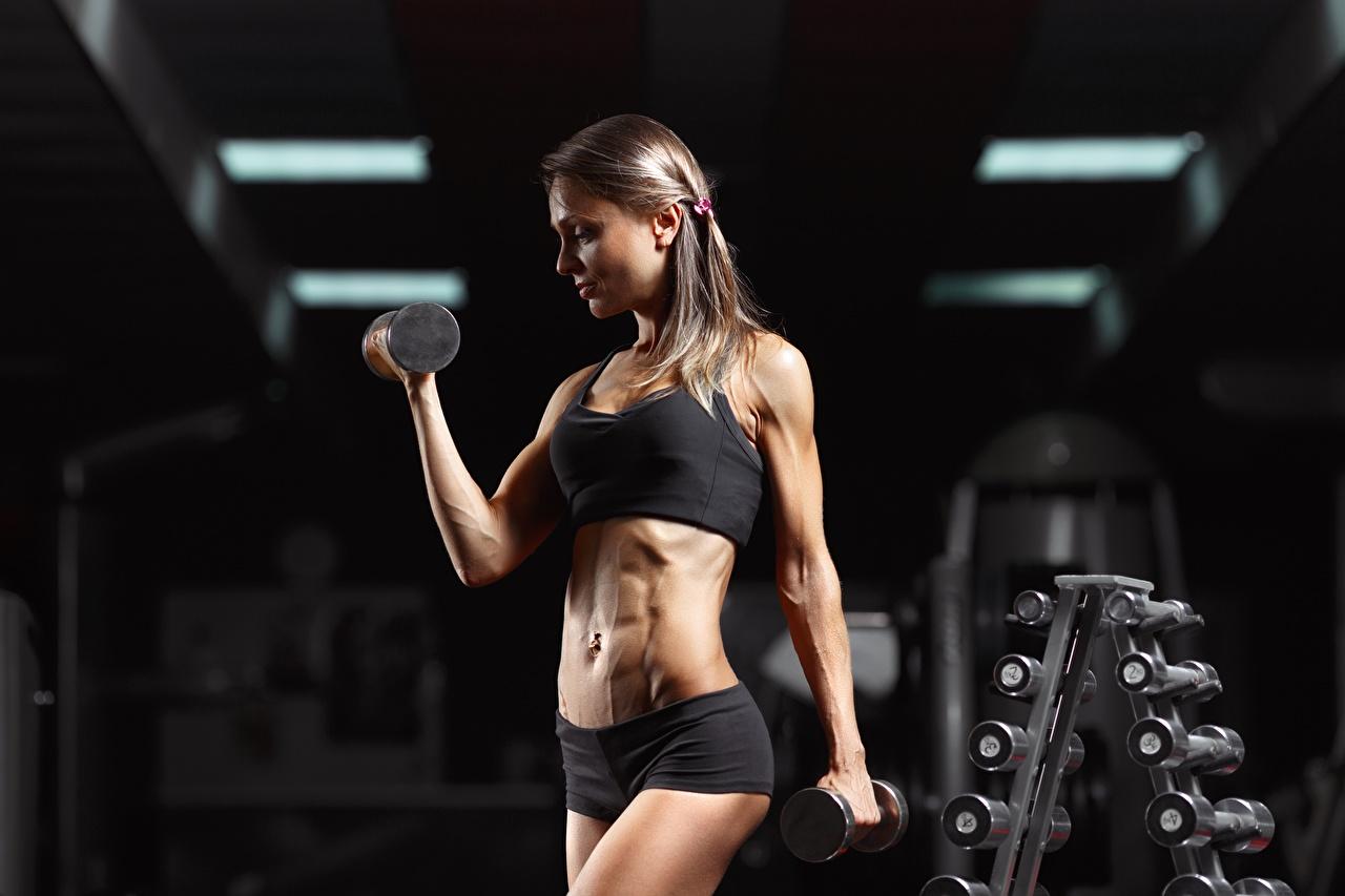 Bilder Fitnessstudio Körperliche Aktivität Fitness Hanteln sportliches junge Frauen Hand Turnhalle Trainieren Sport Hantel Mädchens junge frau