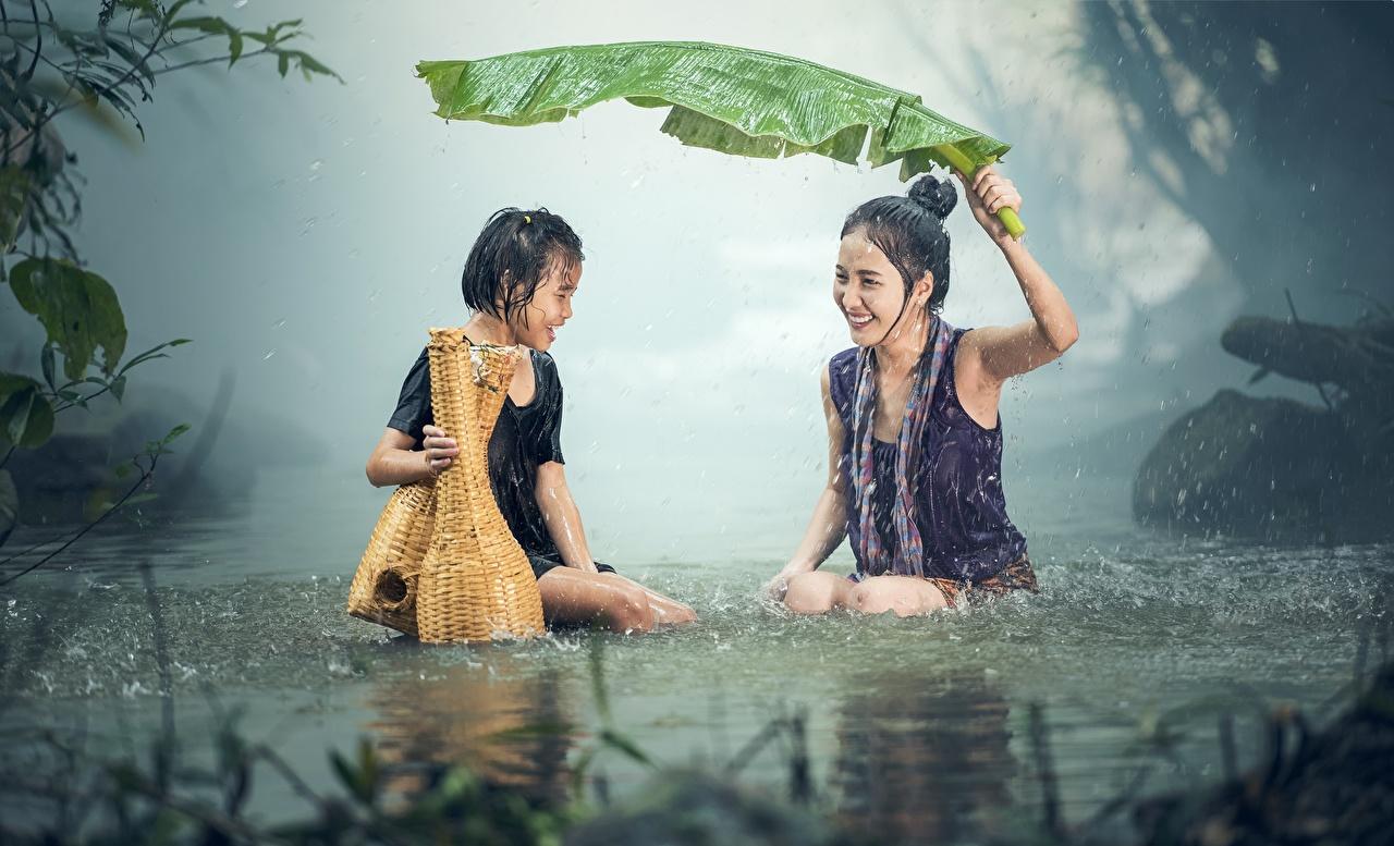 Fotos von Kleine Mädchen Blatt Lachen Kinder Zwei Regen Asiatische sitzen Nass Blattwerk lacht lachen kind 2 sitzt Sitzend