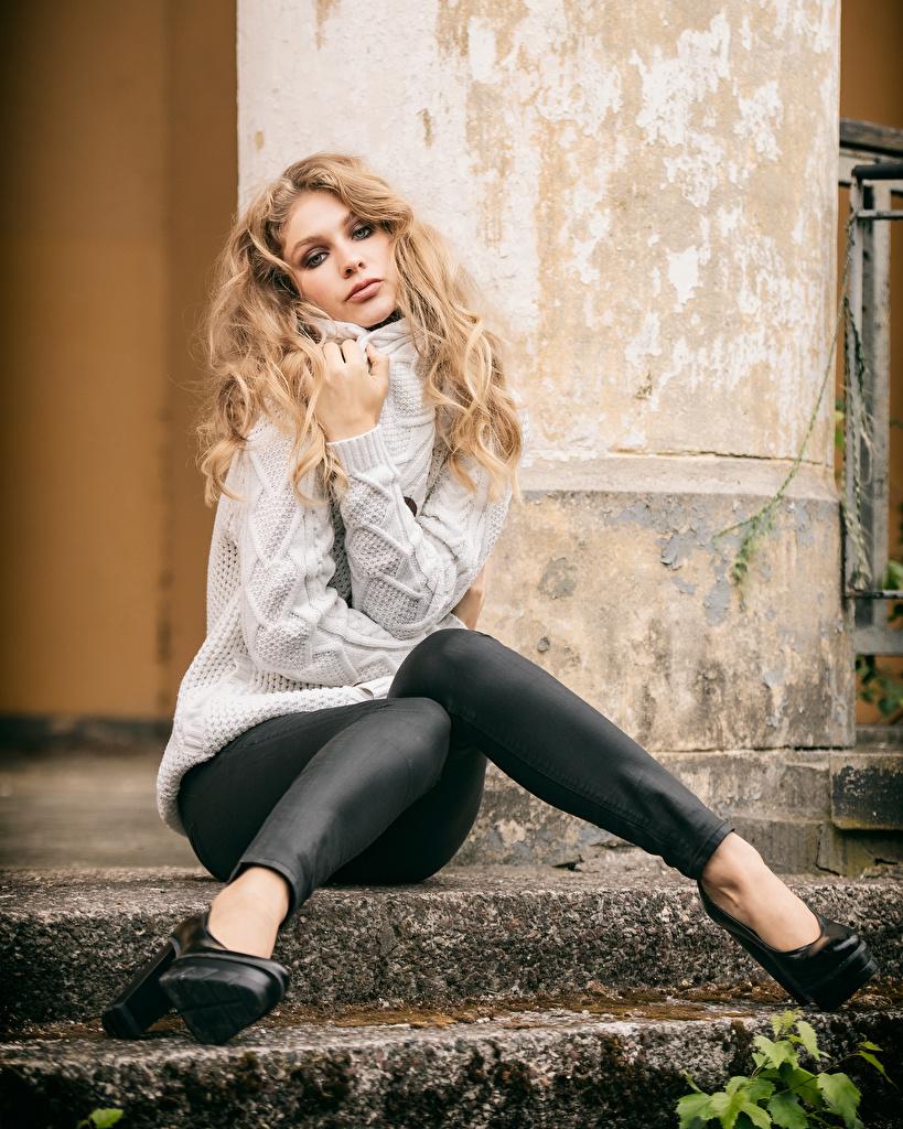 zdjęcie Blondynka Sladjana młode kobiety Nogi swetrze siedzą wzrok  dla Telefon komórkowy dziewczyna Dziewczyny młoda kobieta Sweter Siedzi Spojrzenie