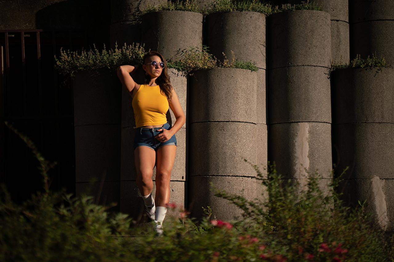 Bilder Flor Maria posiert junge Frauen Hand Brille Shorts Pose Mädchens junge frau