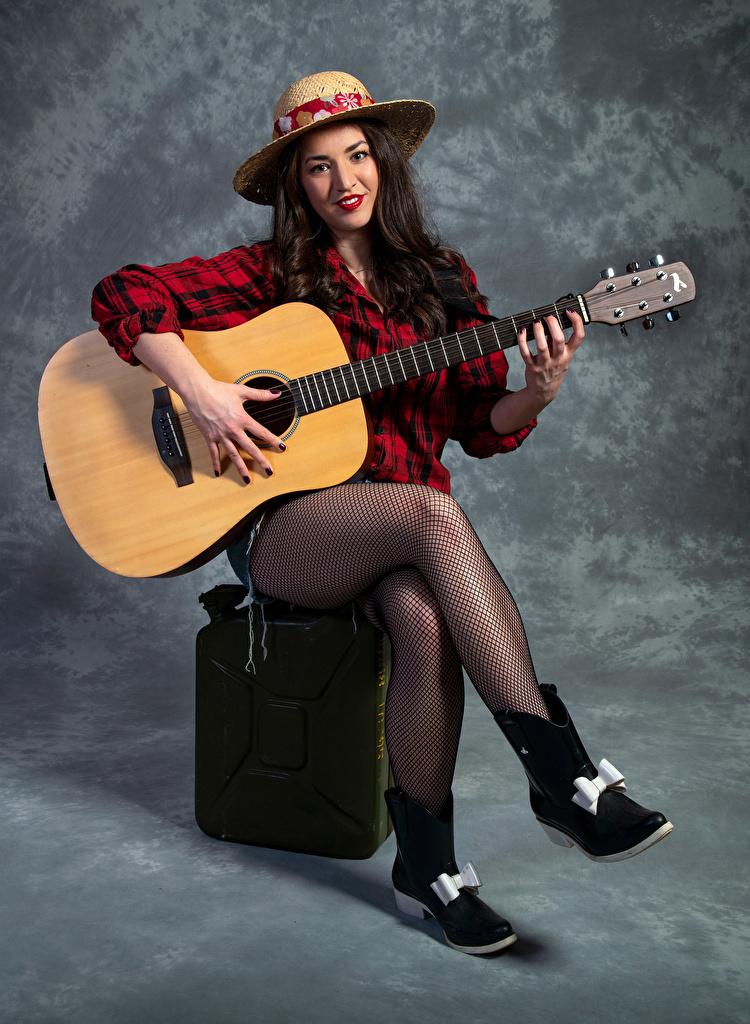 Foto Strumpfhose Gitarre Catherine Der Hut Mädchens Bein Sitzend Blick  für Handy junge frau junge Frauen sitzt sitzen Starren