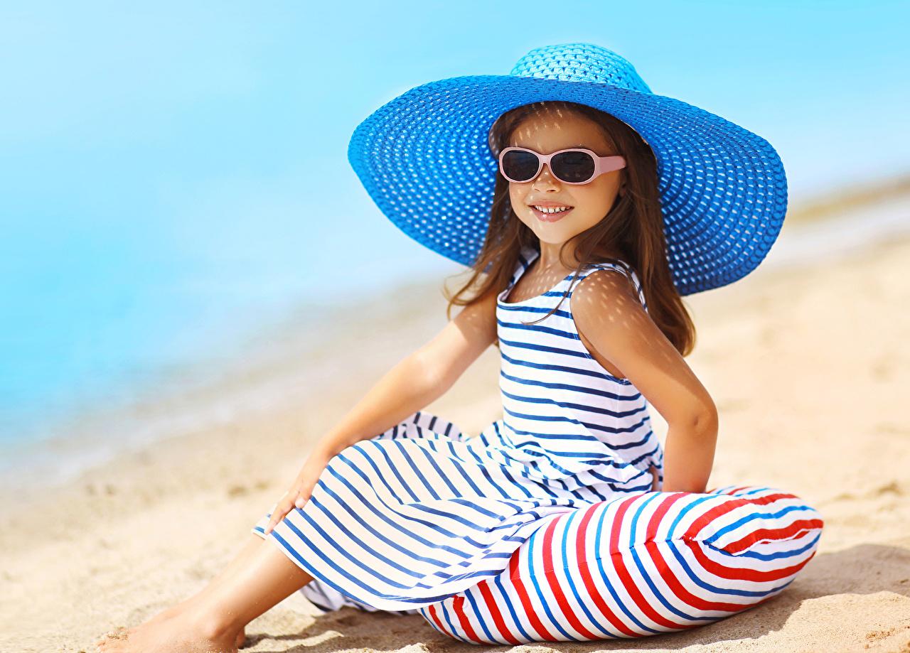 Fotos von Kleine Mädchen Lächeln Kinder Der Hut Brille Sitzend Blick Kleid Starren