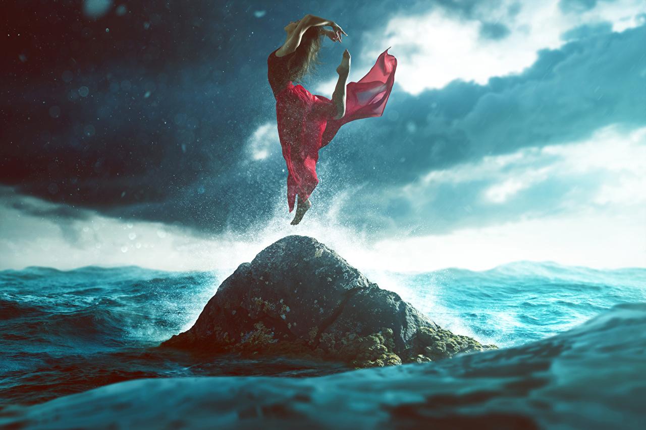 Foto Felsen Mädchens Sprung Kleid