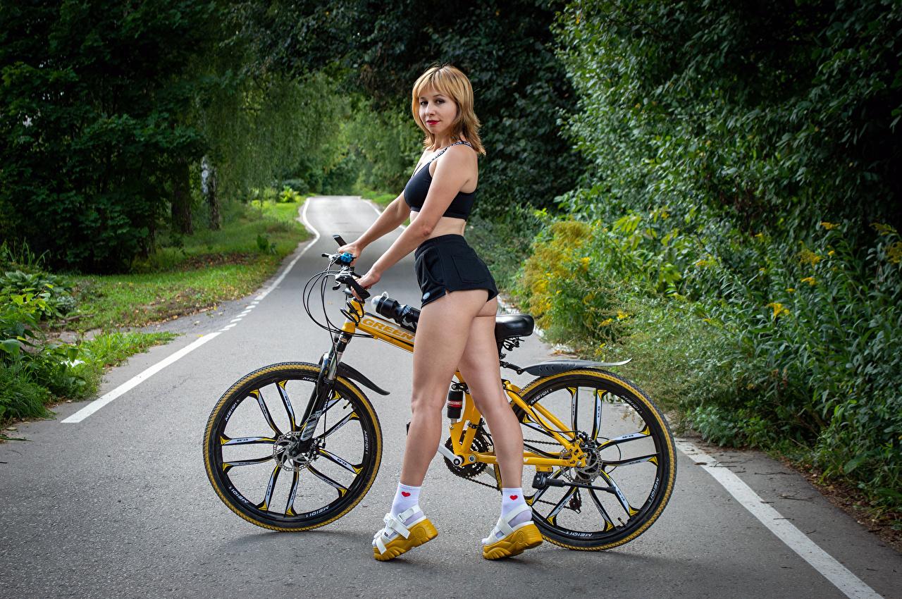 Fotos Victoria Borodinova Blond Mädchen Pose fahrräder Mädchens Bein Shorts Blick Blondine posiert Fahrrad junge frau junge Frauen Starren