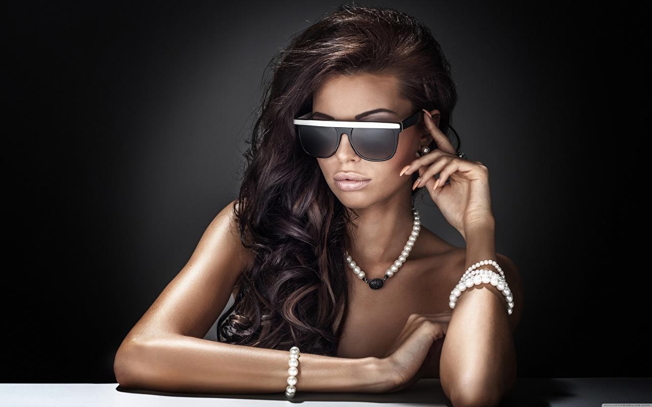 Tapeta Brunetka Wlosy naszyjniki Dziewczyny Ręce Okulary Glamour Biżuteria Naszyjnik dziewczyna naszyjnikiem młoda kobieta młode kobiety
