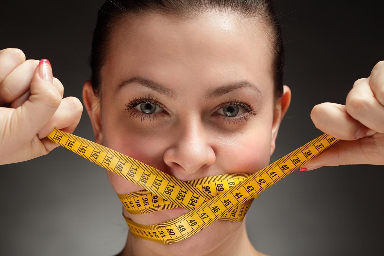 Bilder Diät Messband Gesicht junge Frauen Hand Starren Maßband Mädchens junge frau Blick