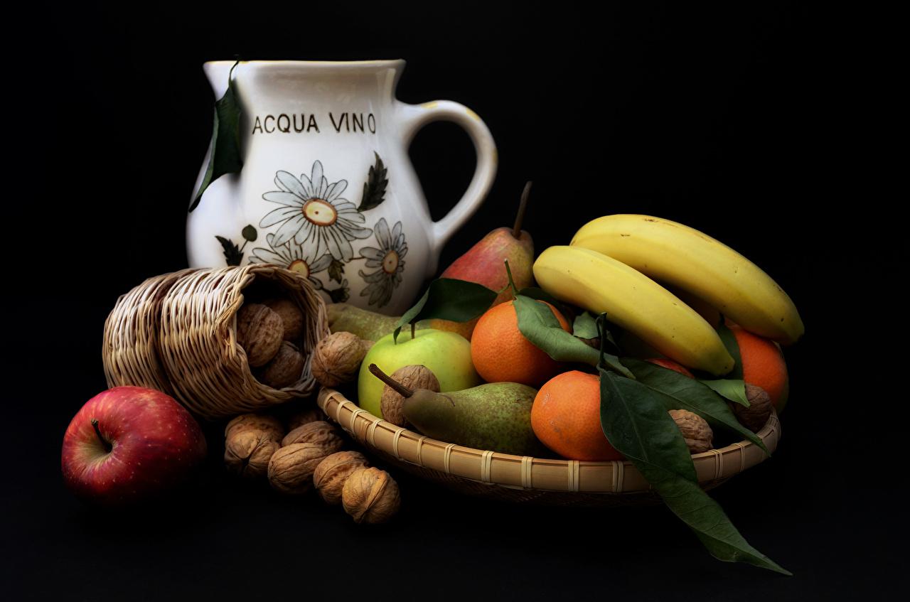 Fotos von Mandarine kannen Birnen Äpfel Bananen Obst das Essen Stillleben Nussfrüchte Schwarzer Hintergrund Kanne krüge Lebensmittel Schalenobst