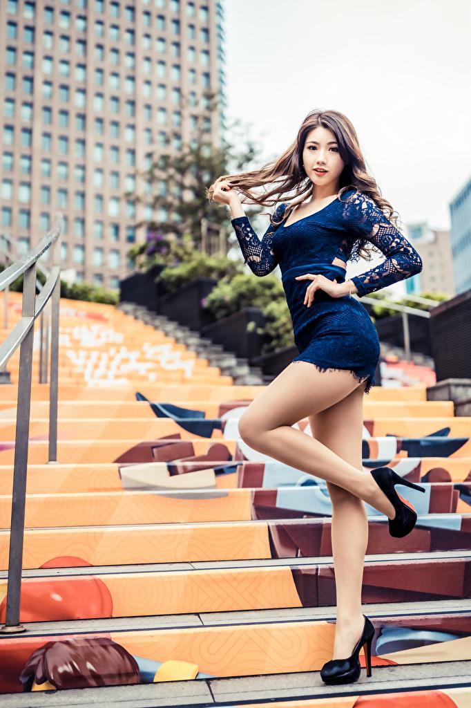 Bilder Pose Stiege Mädchens Bein Asiatische Kleid  für Handy posiert Treppe Treppen junge frau junge Frauen Asiaten asiatisches
