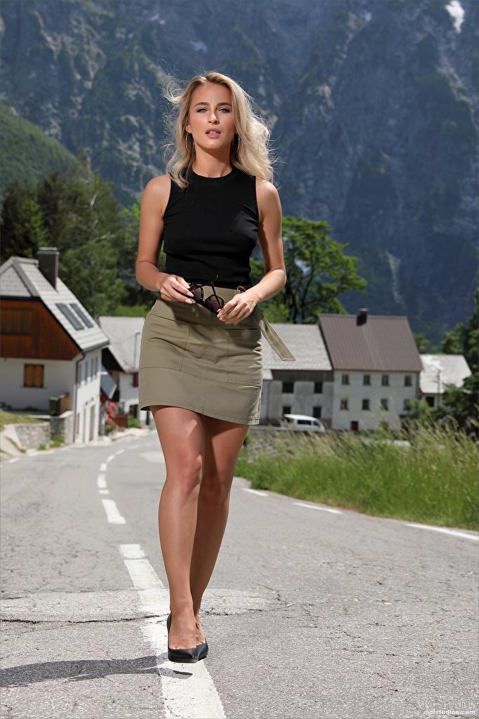 Bilder Cara Mell Rock Blondine junge frau Bein Unterhemd  für Handy Blond Mädchen Mädchens junge Frauen