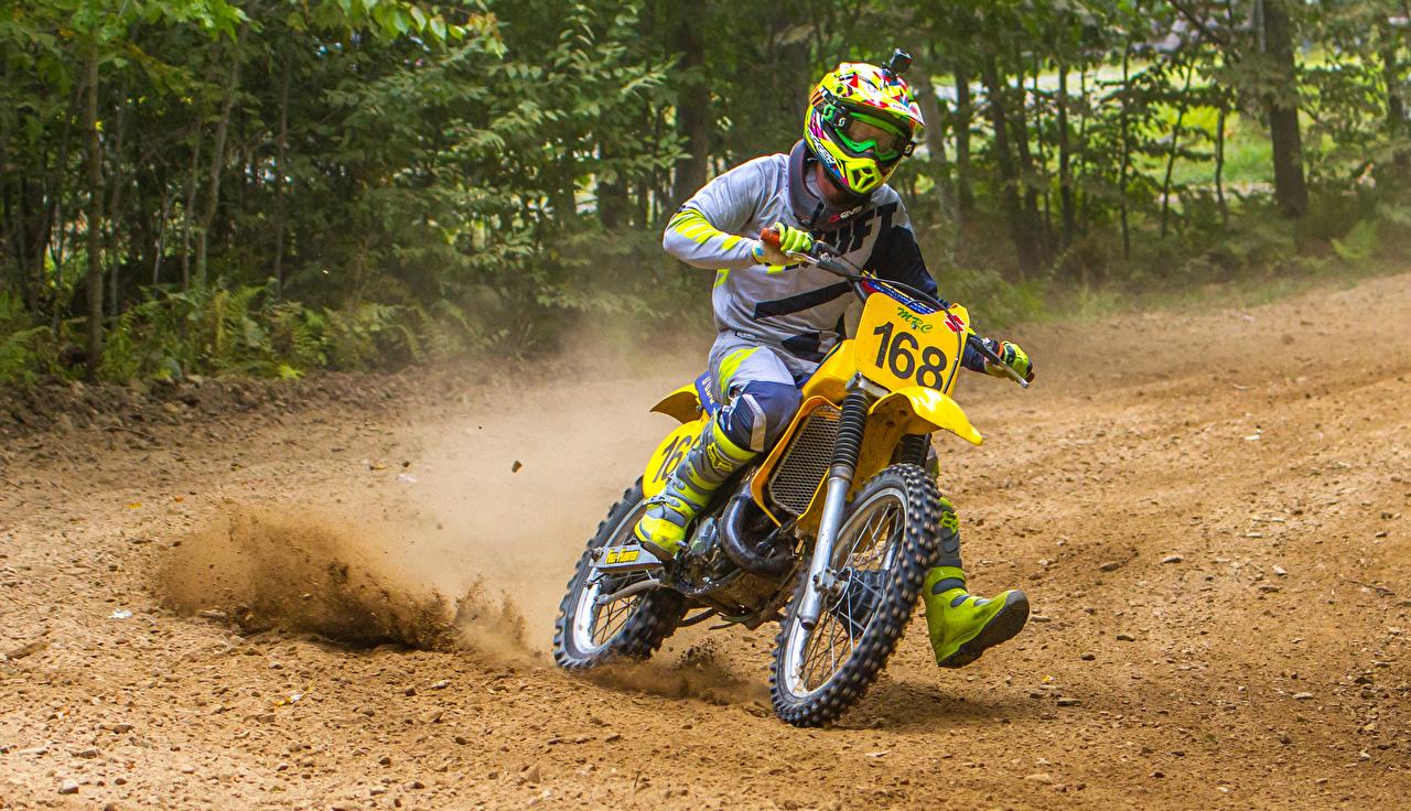 Desktop Hintergrundbilder Helm Suzuki RM 125 Motorrad Bewegung Motorradfahrer Motorräder fährt fahren fahrendes Geschwindigkeit