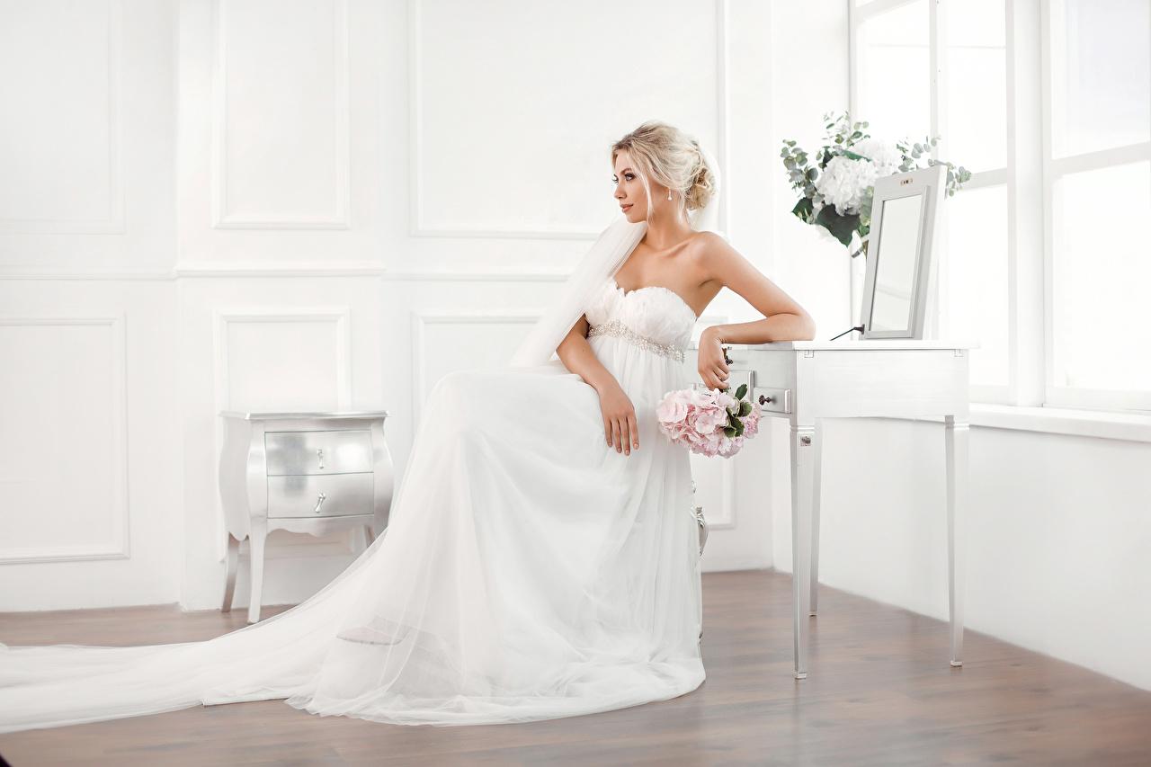 Foto Brautpaar Blond Mädchen Sträuße Mädchens Sitzend Kleid Blondine