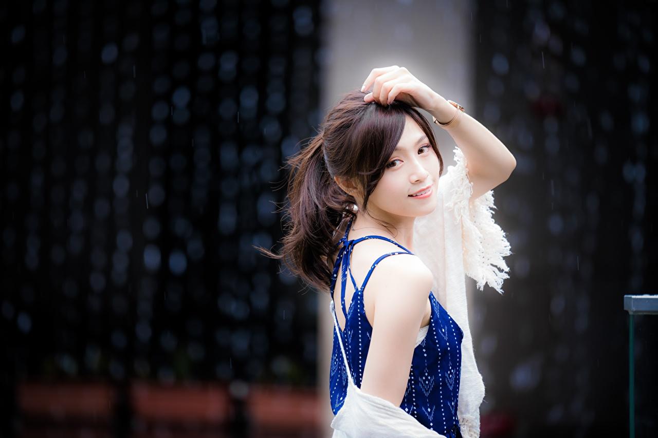 Fotos von Braunhaarige Bokeh posiert junge frau Asiaten Hand Blick Braune Haare unscharfer Hintergrund Pose Mädchens junge Frauen Asiatische asiatisches Starren