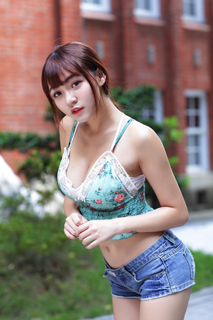 Fotos von Braunhaarige Pose junge Frauen Unterhemd Asiatische Shorts Starren  für Handy Braune Haare posiert Mädchens junge frau Asiaten asiatisches Blick
