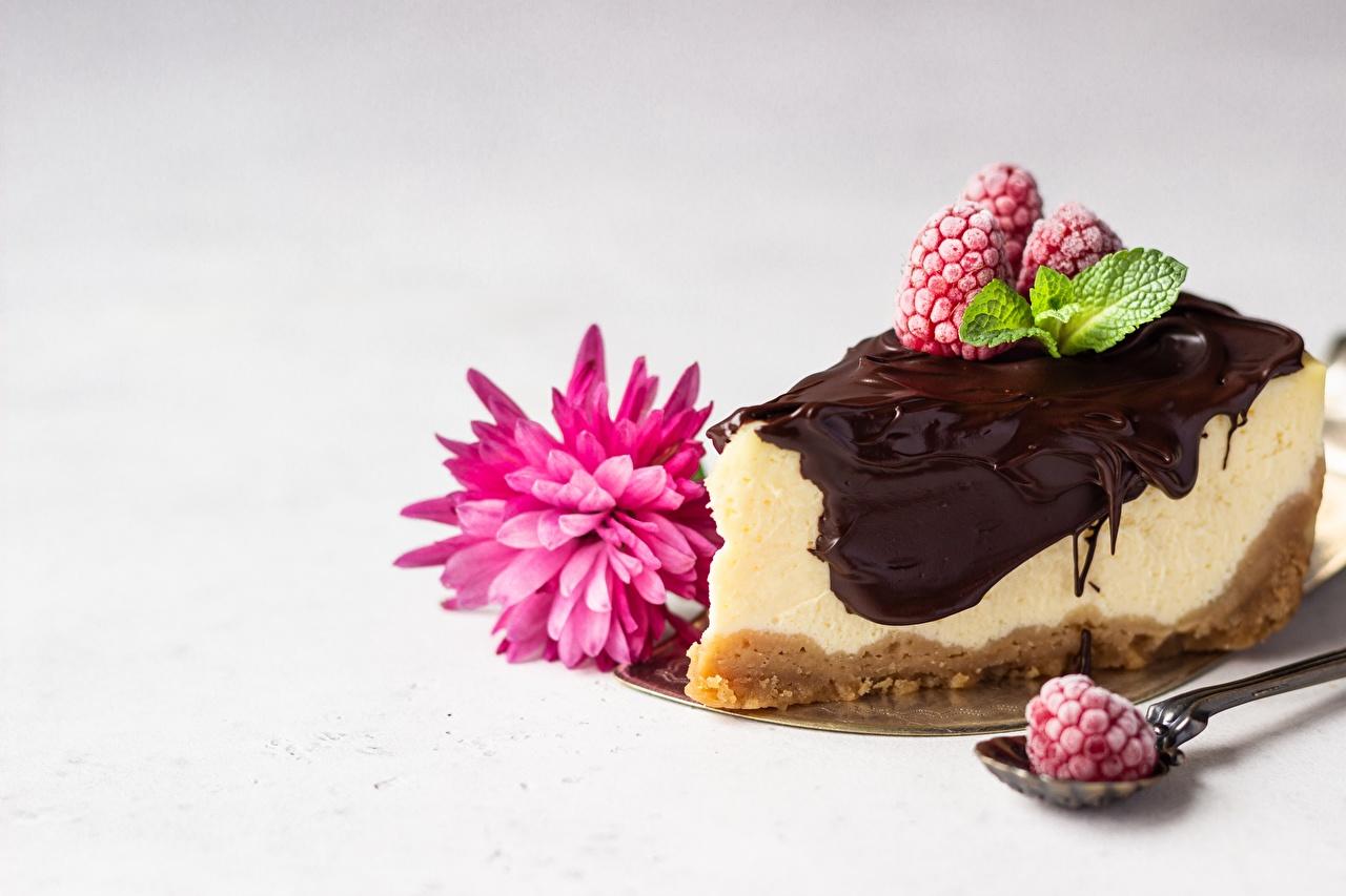 Desktop Hintergrundbilder Dessert stücke Himbeeren Löffel Lebensmittel Törtchen Stück Nachtisch das Essen