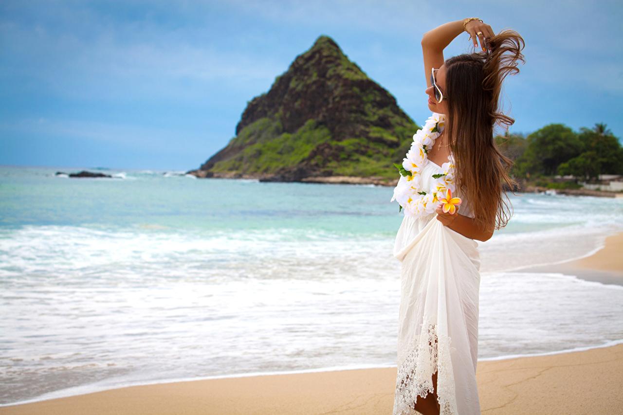 Tapeta na pulpit brązowowłosa dziewczyna Dziewczyny Plumeria Wybrzeże Sukienka Szatenka dziewczyna z brązowymi włosami dziewczyna młoda kobieta młode kobiety
