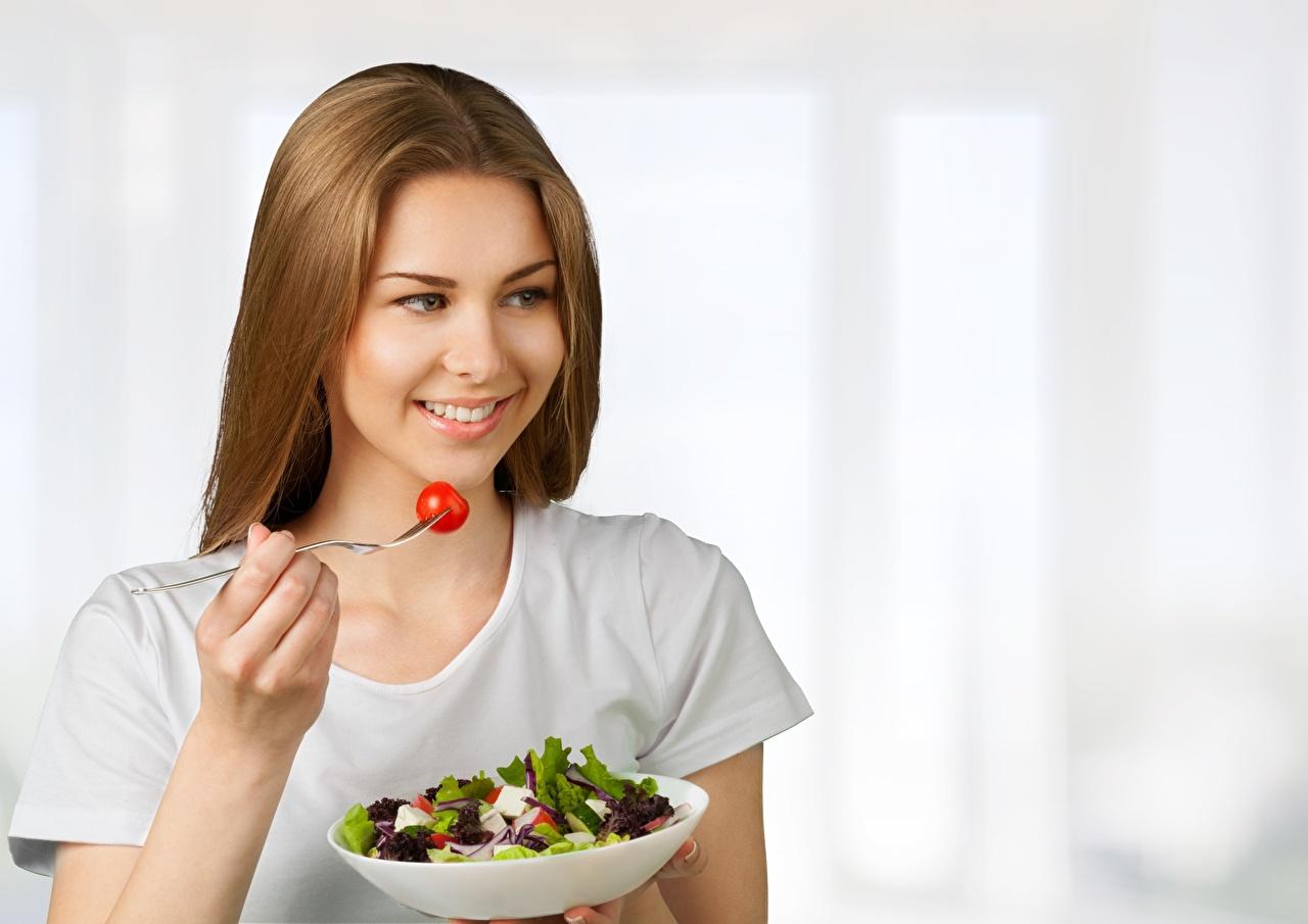 Foto Lächeln süßes Gesunde Ernährung Mädchens Schüssel Salat Gabel das Essen nett Süß süße süßer niedlich junge frau junge Frauen Essgabel Lebensmittel