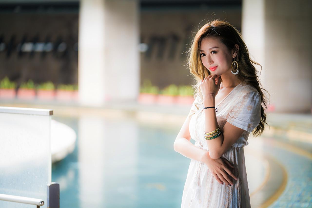 Фото улыбается Размытый фон Девушки азиатки рука Взгляд Улыбка боке девушка молодая женщина молодые женщины Азиаты азиатка Руки смотрит смотрят