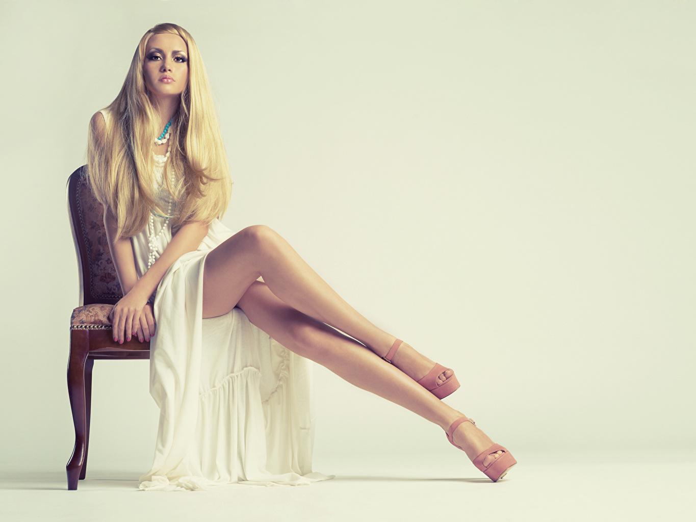 Fotos von Blond Mädchen posiert hübsche junge Frauen Bein Hand Stuhl Sitzend Kleid Stöckelschuh Blondine Pose Schön schöne hübsch schönes schöner hübscher Mädchens junge frau sitzt sitzen Stühle High Heels