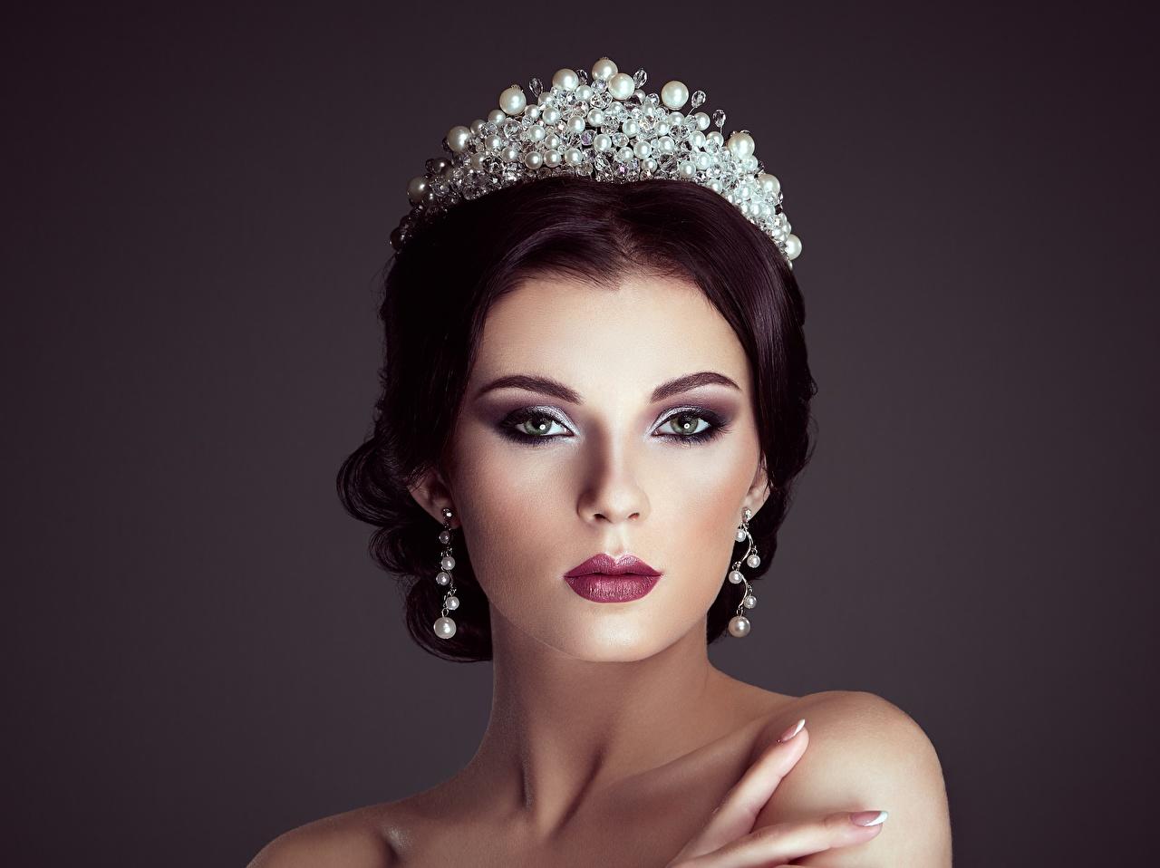 Fotos von Krone Model Make Up hübsch Frisuren Mädchens Ohrring Blick Schminke Schön schöne schönes schöner hübsche hübscher Frisur junge frau junge Frauen Starren
