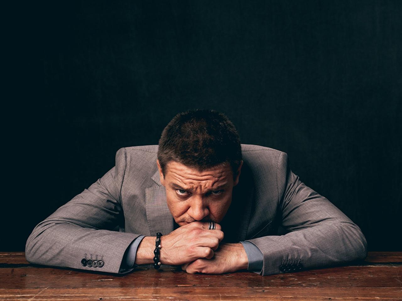 Bilder von Jeremy Renner Anzug Blick Prominente Starren
