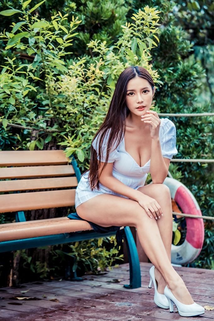 Bilder junge Frauen Bein Asiatische sitzen Bank (Möbel) Blick Kleid Stöckelschuh  für Handy Mädchens junge frau Asiaten asiatisches sitzt Sitzend Starren High Heels