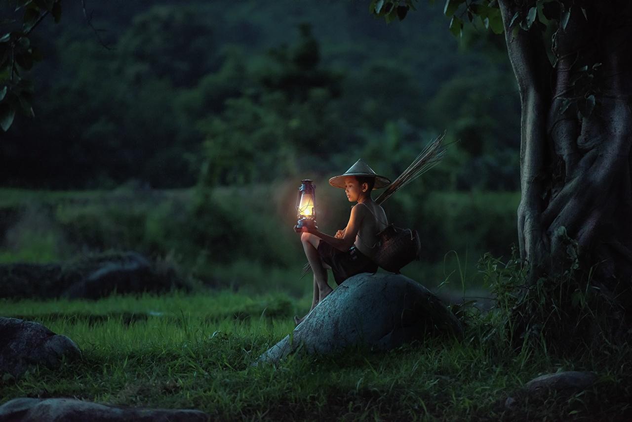 Foto Junge kind Der Hut Asiatische Gras Abend Lampe Steine Sitzend jungen Kinder sitzt sitzen