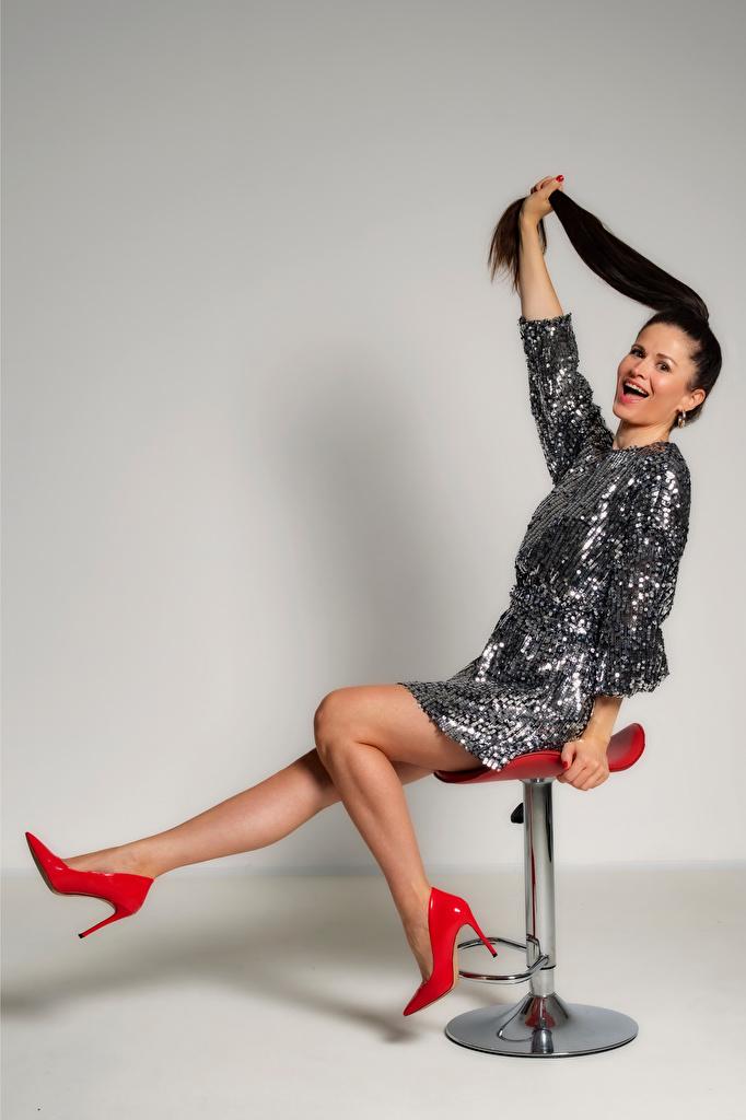 Foto Brünette Antonija Mädchens Bein sitzt Sessel Kleid Stöckelschuh  für Handy junge frau junge Frauen sitzen Sitzend High Heels