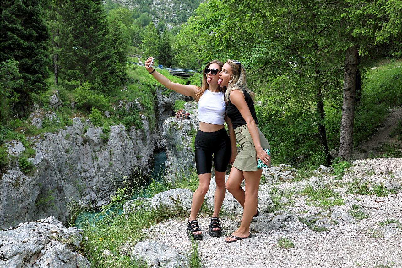 Desktop Hintergrundbilder Cara Mell Blond Mädchen Selfie Stefani Pose 2 Zunge junge frau Blondine posiert Zwei Mädchens junge Frauen