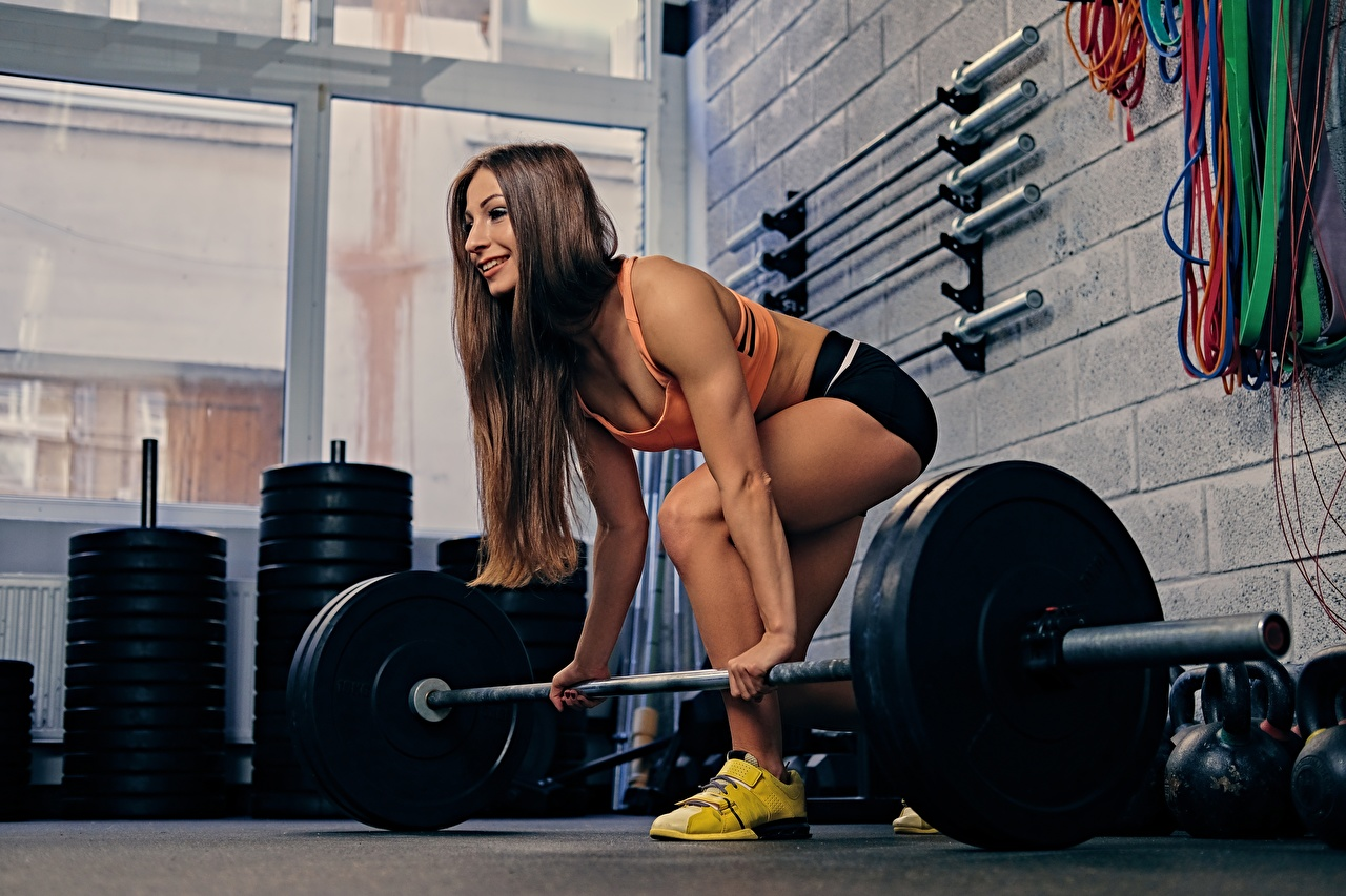 Foto Fitnessstudio Körperliche Aktivität Fitness Sport Mädchens Hantelstange Turnhalle Trainieren junge frau sportliches junge Frauen