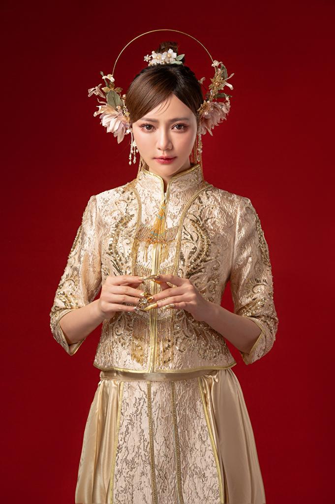 Fotos von junge Frauen Asiatische Hand Starren Roter Hintergrund Kleid Schmuck  für Handy Mädchens junge frau Asiaten asiatisches Blick
