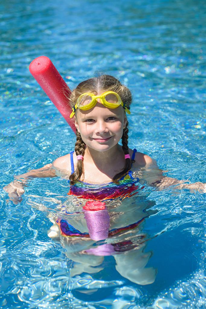 Fotos Kleine Mädchen Schwimmbecken Kinder Wasser Brille Starren  für Handy kind Blick