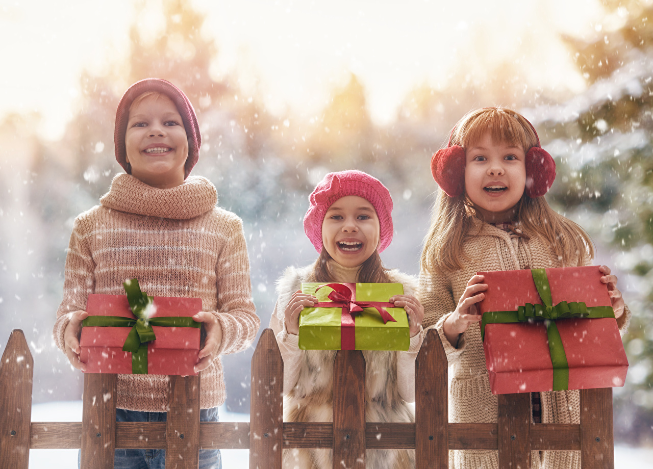 Fotos Kleine Mädchen Junge Freude Lächeln Kinder Winter Schnee Geschenke Drei 3 Glücklich