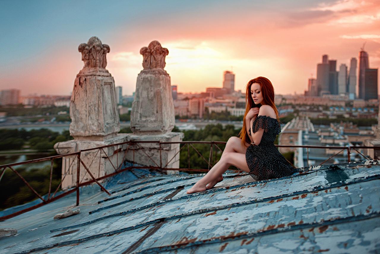 Sfondi Donna rossa Sunset on the roof, George Chernyad'ev ragazza Cielo Le gambe alba e tramonto Grattacieli Città Ragazze giovane donna giovani donne Albe e tramonti grattacielo