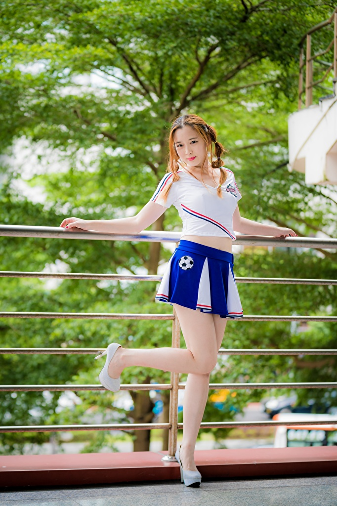 Asiatique La pose Jambe Jupe Tee-shirt Aux cheveux bruns jeune femme, jeunes femmes, asiatiques, posant Filles pour Téléphone mobile