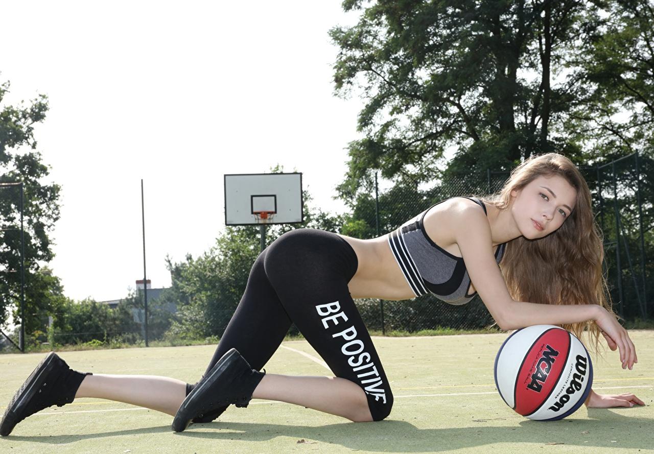 Bilder Braunhaarige Fitness Mädchens Basketball Ball Uniform Blick Braune Haare Starren