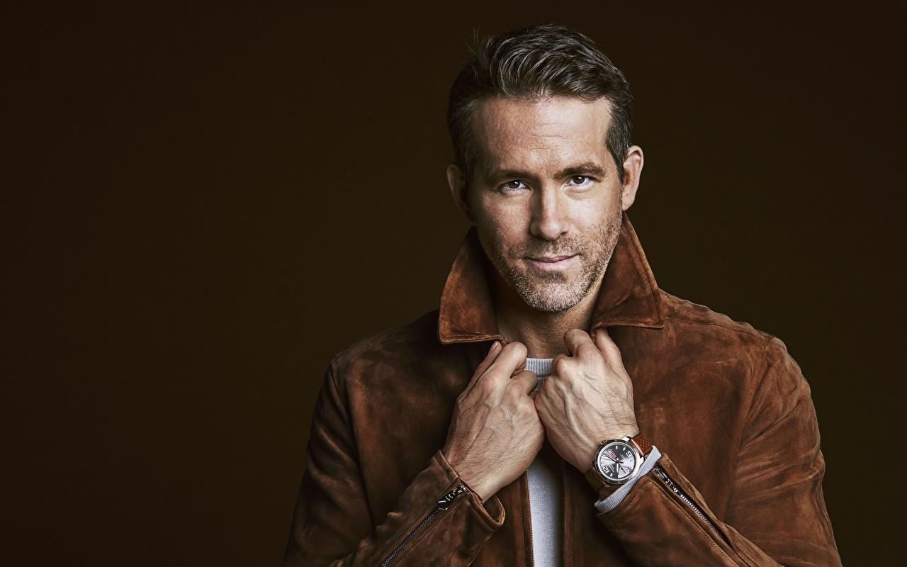 Bilder von Ryan Reynolds Mann Armbanduhr Jacke Hand Starren Prominente Blick
