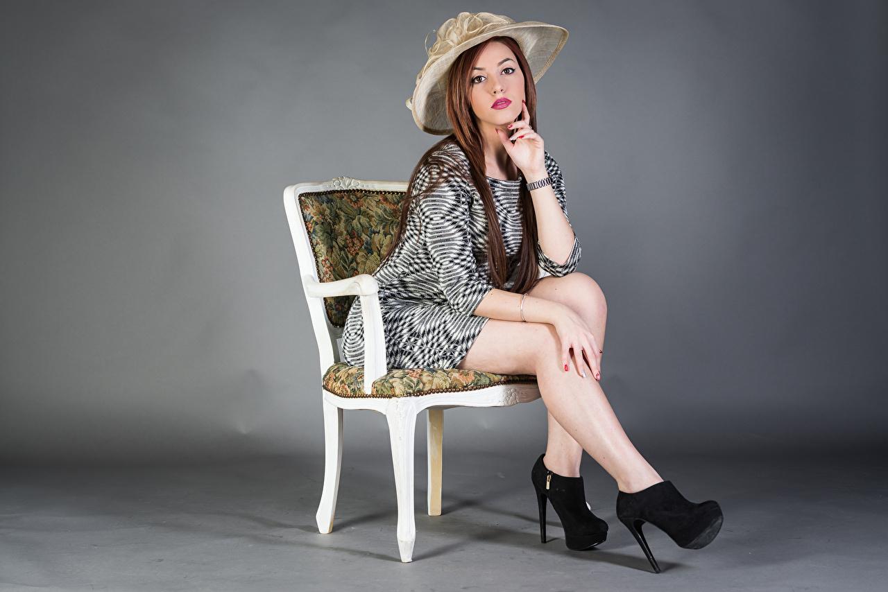 Bilder Samanta Der Hut Mädchens Bein sitzt Stühle Blick Kleid junge frau junge Frauen Stuhl sitzen Sitzend Starren