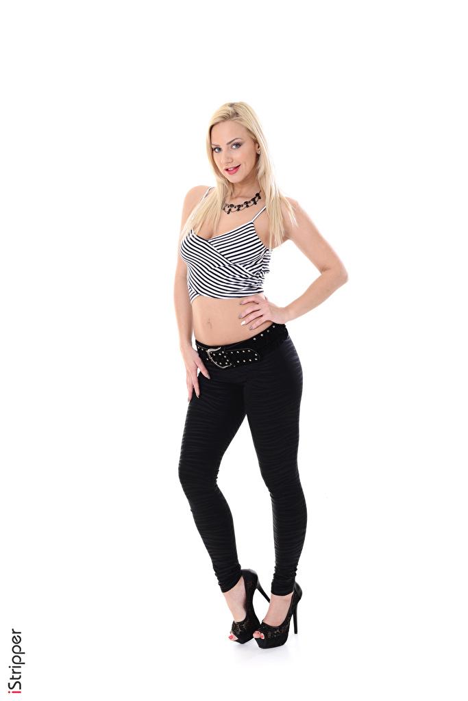 Fotos von Nathaly Cherie Blond Mädchen iStripper Mädchens Halsketten Bein Hand Die Hose Weißer hintergrund High Heels  für Handy Blondine Halskette junge frau junge Frauen Stöckelschuh