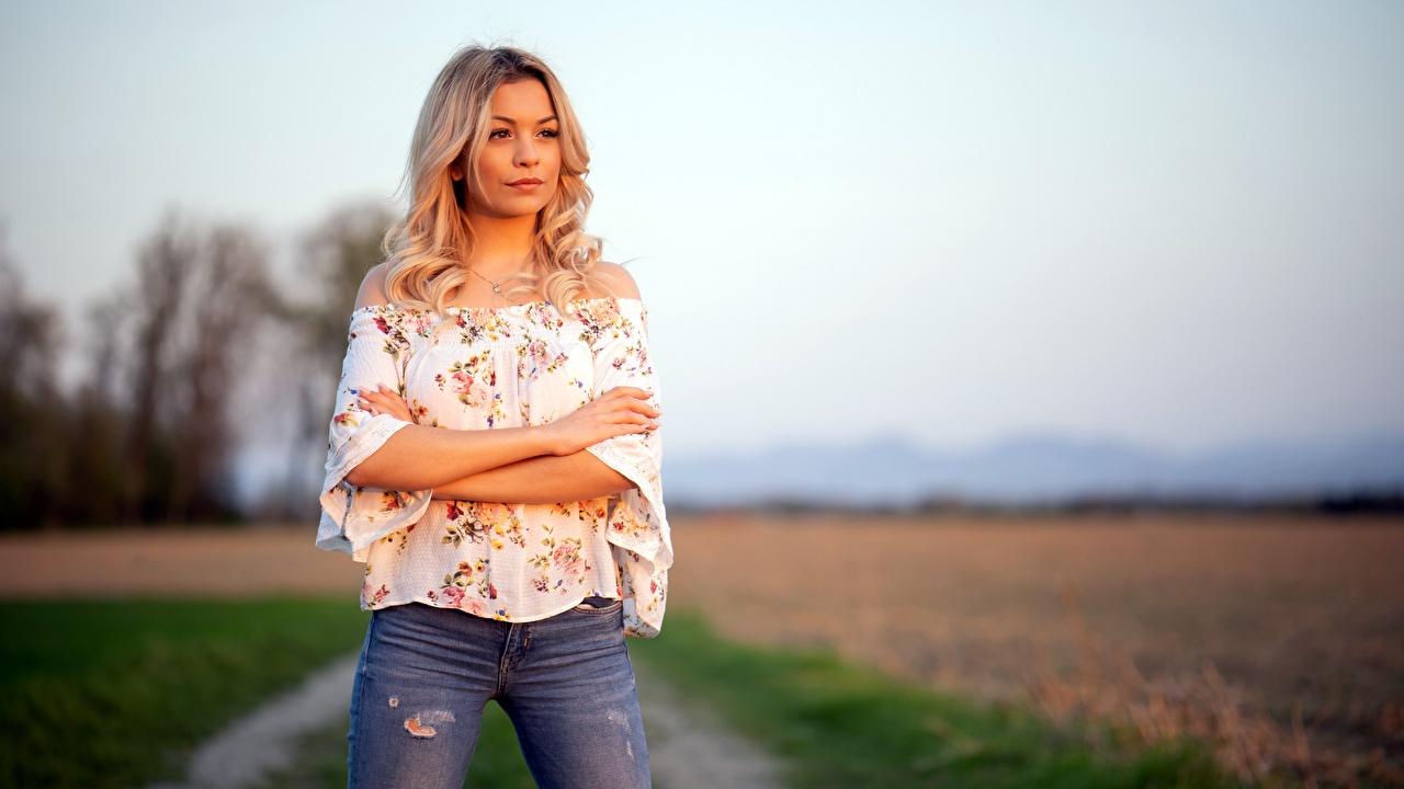 Bilder Blond Mädchen Bokeh posiert Bluse Mädchens Jeans Hand Blick Blondine unscharfer Hintergrund Pose junge frau junge Frauen Starren