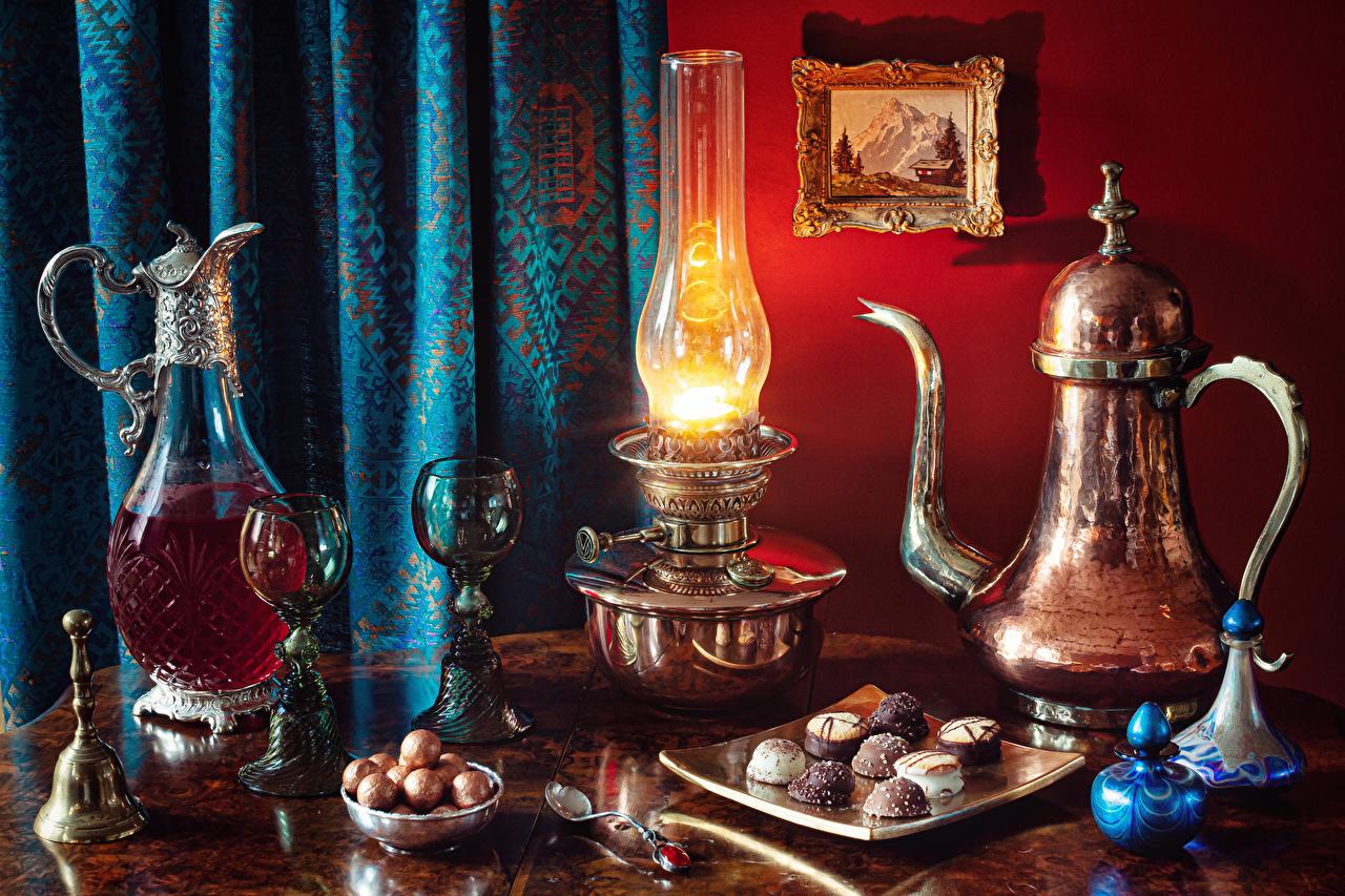 Bilder Wein Bonbon Petroleumlampe kannen Pfeifkessel Glocke Weinglas das Essen Stillleben Kanne krüge Wasserkessel Flötenkessel Lebensmittel