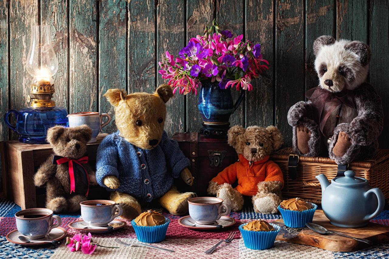 Fotos Sträuße Tee Cupcake Petroleumlampe Teddybär Pfeifkessel Tasse Stillleben Blumensträuße Teddy Knuddelbär Wasserkessel Flötenkessel